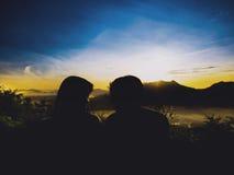 Пары 25s силуэта молодые азиатские к 35s видят визуальный контакт стороны Стоковое Изображение