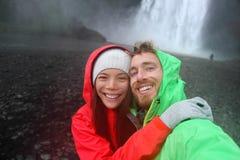 Пары Selfie принимая водопад изображения smartphone стоковые фото