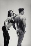 Пары Sexynaked мышечного мальчика в раздевать нижнего белья и девушки Стоковые Фотографии RF