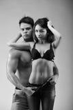 Пары Sexynaked мышечного мальчика в раздевать нижнего белья и девушки Стоковая Фотография RF