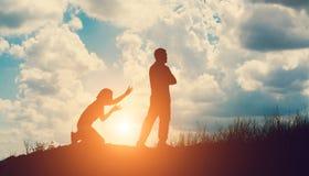 Пары silhouette прекращать отношение стоковые фото