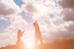 Пары silhouette прекращать отношение Стоковая Фотография RF