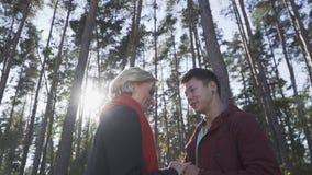 Пары Smilling межрасовые в любов outdoors Азиатский парень и кавказская девушка на дате Красивые межрасовые пары внутри сток-видео