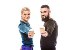 Пары snowboarders с кофе, который нужно пойти Стоковая Фотография RF