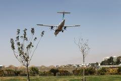 Парящий спиральный самолет на фоне ясного неба стоковые фотографии rf