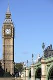 Парламент Великобритании, Лондон, башня с часами большого Бен с вертикалью моста Вестминстера Стоковые Фото
