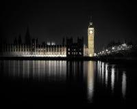 Парламент Великобритании на ноче с отражением в воде Стоковые Изображения RF