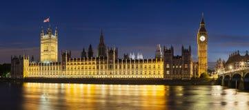 Парламент Великобритании на панораме ночи Стоковые Фотографии RF