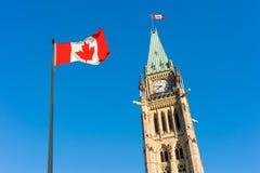 Парламент Канады и канадский флаг Стоковые Фото
