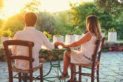 пар влюбленности детеныши outdoors стоковые изображения rf