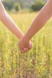 пар влюбленности детеныши outdoors Стоковое Фото