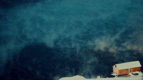 Пар и снег бушуют на рассортированном fastmotion озера, видеоматериал