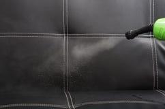 Пар крупного плана выходя сопло машины чистки пара, полоща черное кожаное кресло Стоковые Изображения RF