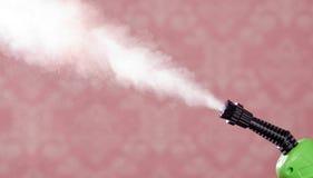 Пар крупного плана выходя сопло машины чистки пара, розовой предпосылки Стоковые Изображения RF
