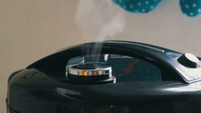 Пар приходит из крышки черного multicooker сток-видео