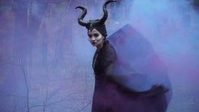 Пар приходит из рта девушки в изображении Maleficent акции видеоматериалы