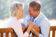 пар усаживание outdoors старшее Стоковые Изображения