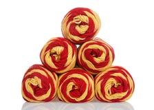 Пасма красного цвета и золота yarn штабелированная форма пирамиды изолированных на белизне Стоковые Изображения RF