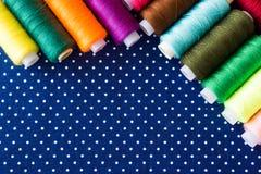 Пасма пестротканых потоков для needlework как предпосылка Стоковые Изображения RF