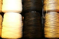 пасма покрашенных потоков шерстей Стоковые Изображения