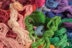 Пасма покрашенных потоков для вышивки - muline. предпосылка Стоковое Изображение