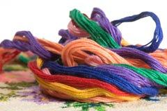 Пасма покрашенных потоков для вышивки - muline Стоковая Фотография RF