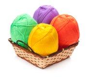 4 пасма пряжи в желтых, оранжевых, зеленых, фиолетовых цветах Стоковое Изображение RF