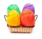 4 пасма пряжи в желтых, оранжевых, зеленых, фиолетовых цветах Стоковое Изображение