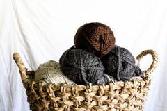 Пасма пряжи в плетеной корзине Стоковые Изображения