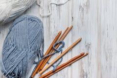 Пасма пряжи и крюков для вязать на деревянном столе Стоковые Изображения