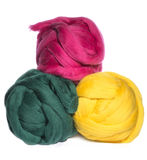 3 пасма цвета зеленого цвета шерстей merino, розовых и желтых на белизне Стоковая Фотография