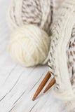 Пасма шерстей и вязать игл от бамбука Стоковые Фотографии RF