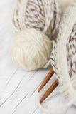 Пасма шерстей и деревянных вязать игл Стоковая Фотография RF