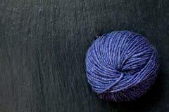 Пасмо фиолетовой пряжи с черной предпосылкой шифера Стоковые Изображения