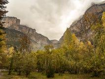 Пасмурная и бурная долина в осени в национальном парке Ordesa Стоковая Фотография RF