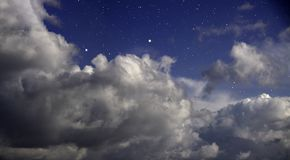 Пасмурная ноча с звездами стоковое изображение