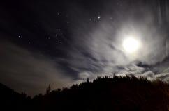 Пасмурная ноча с звездами и луной стоковое изображение rf