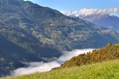 Пасмурная долина в благоустраивать горных вершин Стоковые Изображения RF