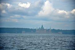 Пасмурная погода и замок увиденные от моря Стоковое Изображение RF