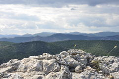 Пасмурная погода на верхней части горы Стоковые Фото