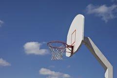 Пасмурное голубое небо обрамляет ретро цель баскетбола Стоковое фото RF