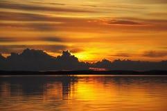пасмурное дистантное огромное озеро над заходом солнца Стоковое фото RF
