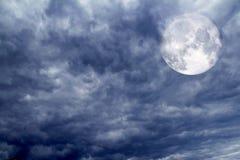 Пасмурное драматическое небо перед тропическим stom Стоковое Изображение RF
