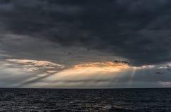 Пасмурное и бурное небо над Балтийским морем в Латвии, близко к Liepaja стоковые изображения rf