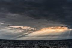 Пасмурное и бурное небо над Балтийским морем в Латвии, близко к Liepaja стоковое фото rf