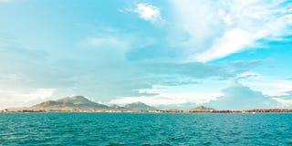 пасмурное небо гор острова Стоковое Фото