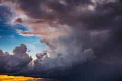 пасмурное небо Драматическое небо с днем пушистых облаков солнечным перед штормом Стоковое Изображение