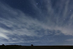 Пасмурное ночное небо с звездами Предпосылка ночи ночное небо молнии иллюстрации абстракции Стоковое Изображение