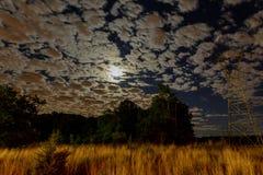 Пасмурное ночное небо с луной и звездой Элементы этого изображения Стоковая Фотография