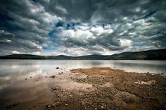 пасмурное озеро дня Стоковые Фотографии RF